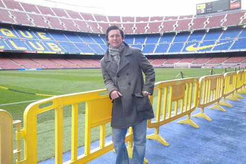 Camp Nou Experience : customer posing at the Camp Nou pitch