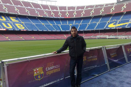 Camp Nou Experience : happy client posing at the pitch