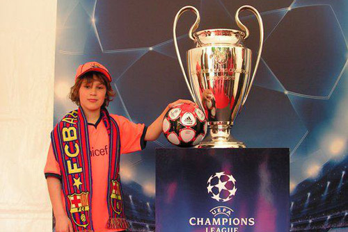 Camp Nou Experience : a customer with the Champions League trophy